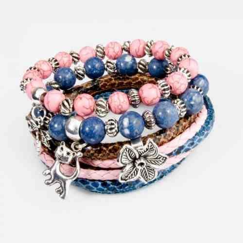 Komplet trzech bransoletek wykonany z kul 10 mm niebieskiego korala, kul różowego howlitu. Całość uzupełniają dodatki w kolorze starego srebra i dopasowane kolorystycznie rzemienie w KuferArt.pl