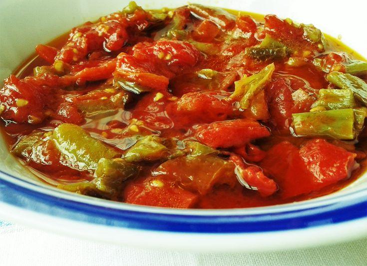 """In estate è facile trovare al mercato i peperoni verdi lunghi di cui ci sono diverse qualità come i friggitelli o quelli detti """"cornetti"""". Un modo fantastico di cucinarli è quello che vi propongo: …"""