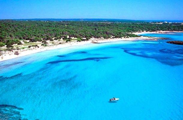 Colonia de Sant Jordi, Mallorca. En la bella y paradisíaca isla de Mallorca, se encuentra ubicada la Colònia de Sant Jordi, un pequeño y hermoso pueblo hogar de algunas de las mejores playas nudistas de toda Europa. Perfecta para esta época del año.