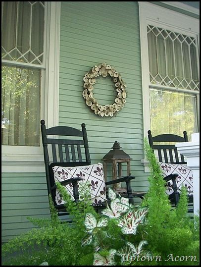 How to make a simple oyster shell wreath. More simple coastal grapevine wreaths to make: http://www.completely-coastal.com/2012/04/diy-grapevine-wreaths-with-seashells.html