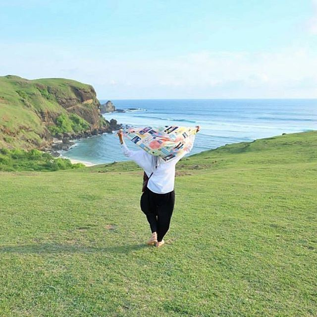 Thank you for sharing, @monicariesta 💚 . #scarf #swanderfulthings #travel #indonesia #beach #onlineshop #olshopindo #vscocam