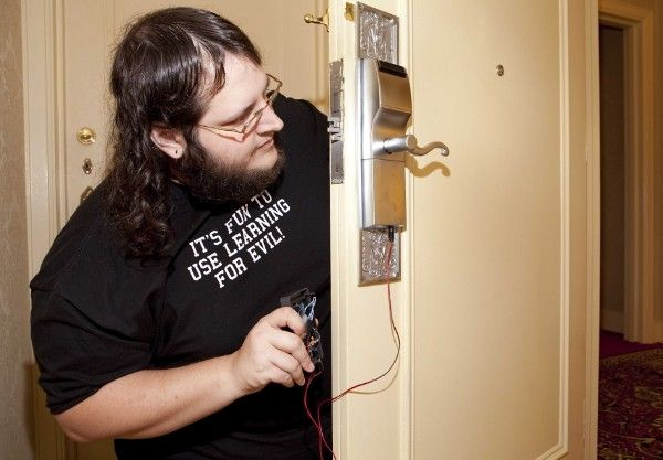 T? -- Hacker finds flaw in hotel locks, can ruin your vacation with DIY gadget