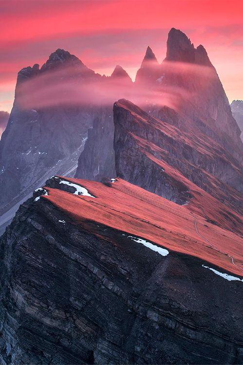 Altas cimas rocosas en rojo atardecer