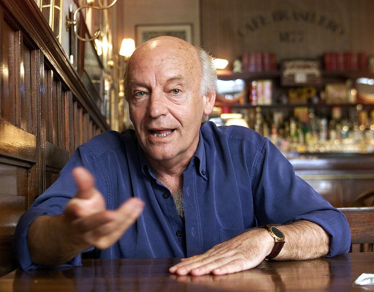 Eduardo Galeano (1940-2015) fue un destacado escritor y periodista uruguayo. Escribió Las venas abiertas de América Latina uno de los ensayos más acertados sobre la realidad latinoamericana.   9 Elegantes frases de Eduardo Galeano sobre el fútbol