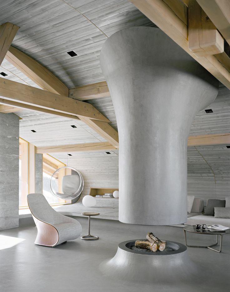 C'est sur une pente du domaine des Trois-Vallées, en Savoie, que le designer Noé Duchaufour-Lawrance vient de transformer un ancien refuge en un confortable lieu de vie, jonglant entre matériaux traditionnels et lignes radicales.