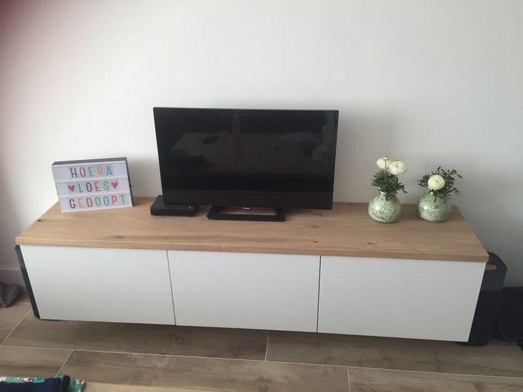 tv meubelkastjes hangend aan de muur met een massief eikenhouten blad erop ikea besta