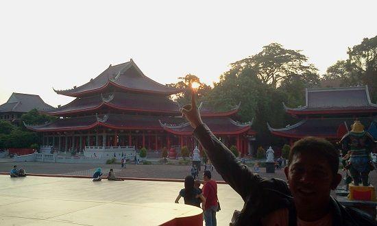 Sam Po Kong adalah sebuah petilasan bekas tempat persinggahan atau pendaratan pertama seorang Laksamana Tiongkok beragama islam yang bernama Zheng He / Cheng Ho. Lokasi pendaratan Jenderal Cheng Ho ini terletak di daerah Simongan, sebelah barat daya Kota Semarang. http://www.sikunir.info/2014/10/melihat-sunset-dari-kelenteng-gedung-batu-Sam-Po-Kong.html