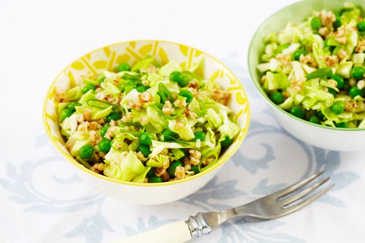 Nykålsalat med erter, vårløk  og byggris