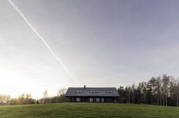 Litewskie ranczo znajduje się na lekkim wzniesieniu. Dzięki temu ze wszystkich okien roztacza się przepiękny widok