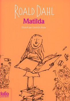 Matilda... une petite fille précoce et son épouvantable famille : un grand classique de Roald Dahl, qui plaît toujours aux 9-11 ans, y compris aux garçons. http://www.amazon.fr/Matilda-Dahl-Roald/dp/2070655482/ref=sr_1_16?s=books&ie=UTF8&qid=1453387389&sr=1-16&keywords=matilda