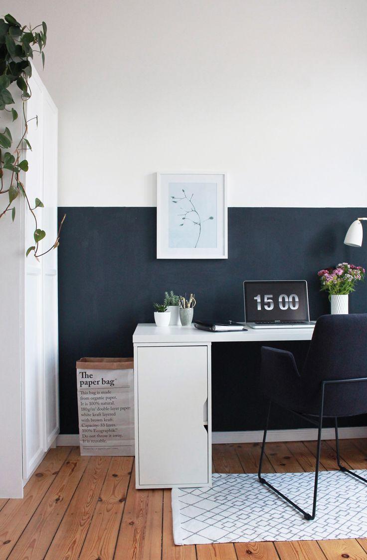 Arbeitsplatz mit halb hoch gestrichener dunklen Wand. Paper Bag, Work Space, Inspiration
