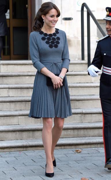 Knieumspielend, figurbetont geschnitten und hochgeschlossen: Die Mutter von Prinz George und Prinzessin Charlotte bleibt ihrem Stil treu - hier inOrla Kiely.