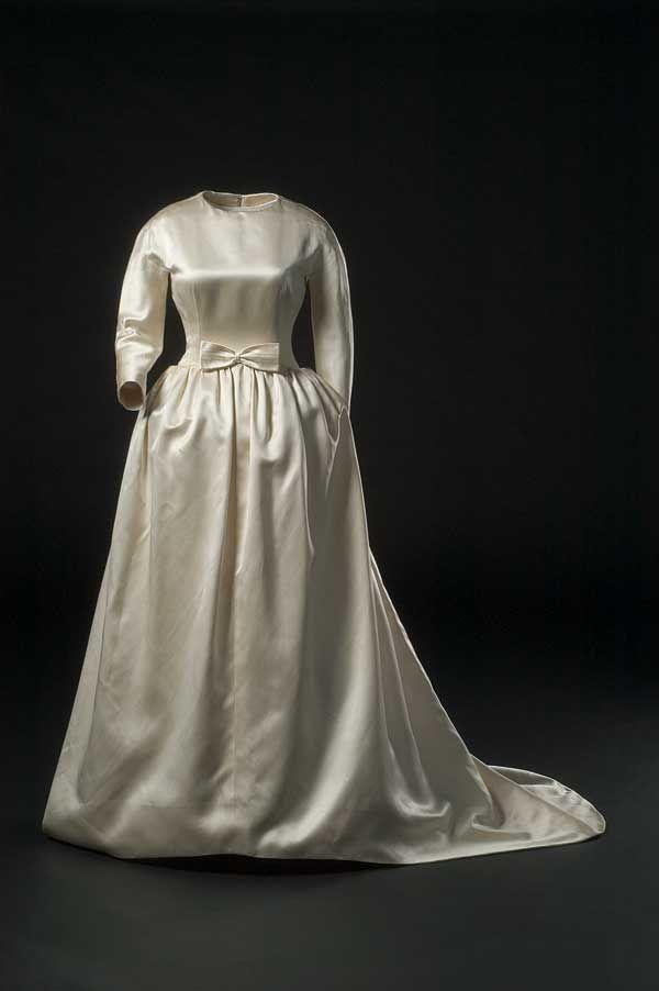 Traje de novia clásico de 1963 de Cristóbal Balenciaga con el corte a la cadera realzado por abundante tela recogida en frunces.