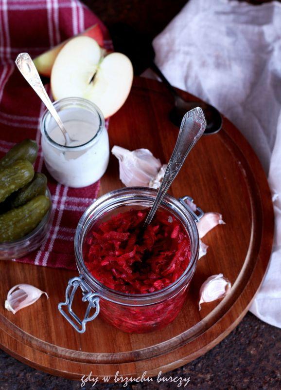 Sałatka z surowego buraka, jabłka i kiszonego ogórka