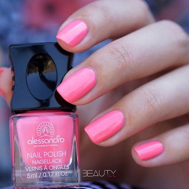 Coral Crush απόχρωση από την Tropical Jungle collection! #alessandroGR #alessandrointernational #alessandronails #notd #tropicaljungle #summernails #coral (Credits: beautyill_nails)