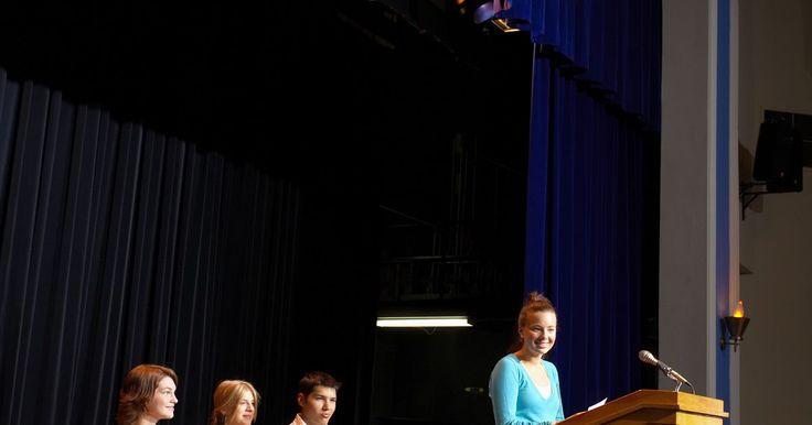 Cómo evaluar un debate. Un debate es una discusión amistosa entre dos equipos acerca de un asunto intelectual. Se lleva a cabo por dos o cuatro personas. Un equipo presentará los argumentos a favor del tema o asunto en discusión y el otro presentará los argumentos en contra. El debate será evaluado por un profesor o juez quien supervisará el desempeño de cada equipo ...