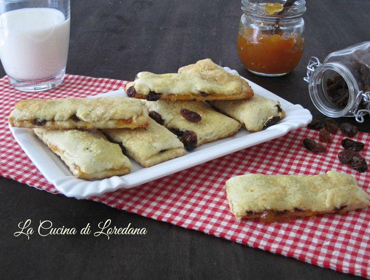 Due strati di pasta frolla farciti con marmellata e uvetta per dei deliziosi Biscotti con uvetta, conosciuti anche come Biscotti di Garibaldi