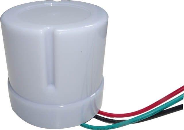 SENZOR LUMINA CREPUSCULAR 25A functioneaza dependent de intensitatea luminii exterioare, aprinzandu-se la apus, stingandu-se automat dimineata. Atrage economii la factura de energie si independenta in iluminat.