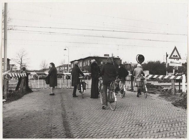 Pijlslaan. Oude overweg. Oostzijde, ziende naar het westen. 1975