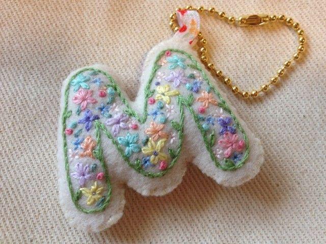 刺繍イニシャルチャーム(M) | HandMade in Japan 手仕事の新しいマーケットプレイス iichi