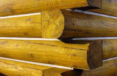 Unión de troncos en una esquina de los muros de una cabaña