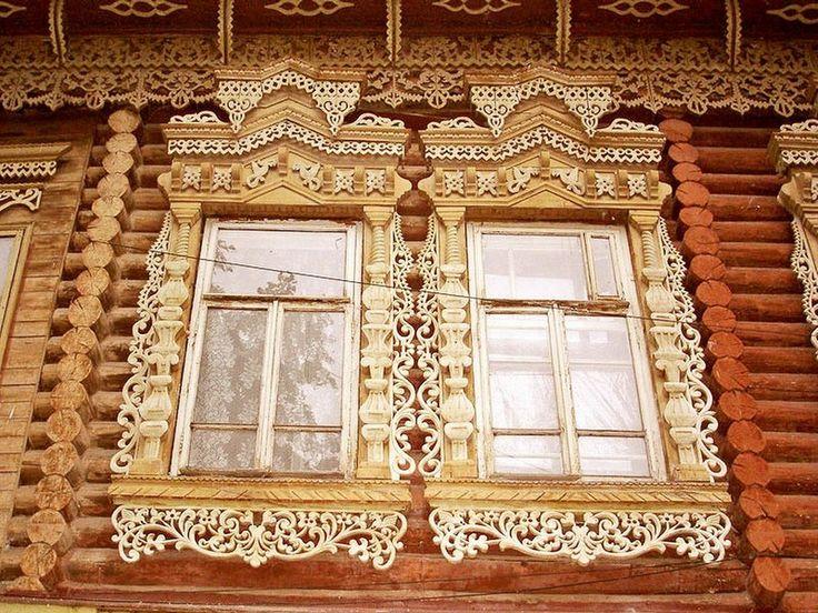 В России и сегодня сохранилось много домов, впечатляющих деревянными узорами на оконных наличниках. Это тонкое искусство передавалось от ...