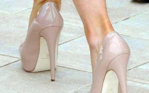 Τα τακούνια-στιλέτο «γερνούν» τις αρθρώσεις http://biologikaorganikaproionta.com/health/156159/