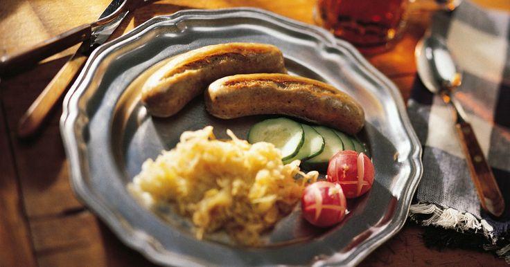 Como pré-cozinhar a salsicha alemã bratwurst . A bratwurst pode queimar por fora antes de cozinhar por dentro caso seja feita diretamente na grelha ou frigideira. Para evitar isso, você pode pré-cozinhá-la com cerveja ou água. Isso cozinhará o interior da salsicha, evitando que queime a parte externa. Adicione alguns ingredientes extras para infundir sabor na bratwurst durante a cocção, ...