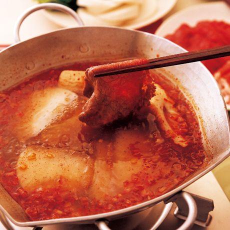 トウバンジャン+こしょうでしびれる辛さ「麻辣鍋(マーラーゴウ)」のレシピです。プロの料理家・ウー・ウェンさんによる、豚しゃぶしゃぶ用肉、ちくわ、大根、春菊、長ねぎのみじん切り、しょうがのみじん切りなどを使った、481Kcalの料理レシピです。