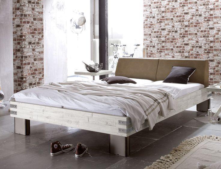 massivholzbett mit rustikalen metall beschl gen am. Black Bedroom Furniture Sets. Home Design Ideas