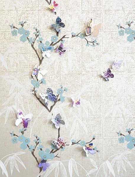 Serviesvlinders  In de bloesemtakken van het behang schuilen papieren vlinders met een dessin van Chinees servies.  Zo maak je de vlinders Fotografeer het servies, print de foto's dubbelzijdig uit op stevig papier en knip hier vervolgens je vlindertjes uit – in drie verschillende groottes. Prik ze op de wand, leg los op tafel of rijg ze als een slinger aan een katoendraad.  Download de tekeningen van de vlinders op de site van Ariadne at Home.