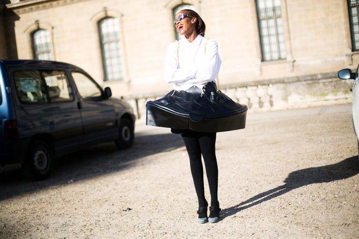 PFW - FW14/15: Hay faldas que nos hacen viajar en el tiempo, que nos sitúan –con solo mirarlas– en un destartalado café parisino en los años 20´s compartiendo mesa con Jean Cocteau. Hola surrealismo, hola París.