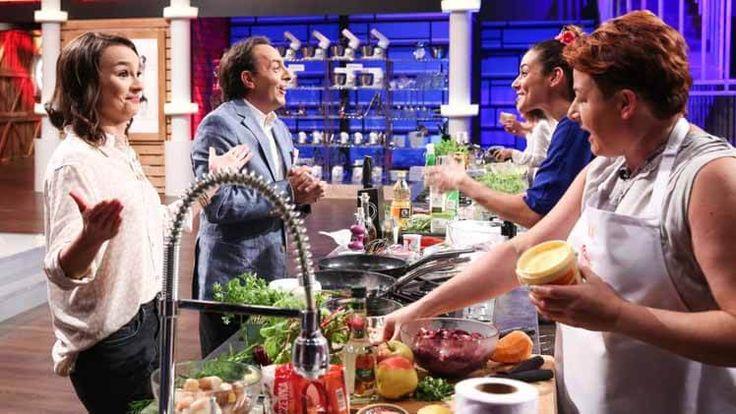 MasterChef PL – Sezon 5, Odcinek 10 – Oglądaj online na Video Penny  Na siedmiu najlepszych kucharzy-amatorów, w kuchni MasterChefa czeka wyjątkowa niespodzianka. Na swoich stanowiskach nie znajdą Mystery Boxa, ani też nie będą mogli wejść do spiżarni… Będą musieli gotować ze składników, które wybrali dla nich ich najbliżsi. Nie wszyscy będą zadowoleni z wyboru swoich mam, żon i mężów. Humory uczestnikom poprawi jednak fakt, że będą gotować ze swoimi ukochanymi.  Po pełnym wzruszeń rodzinnym
