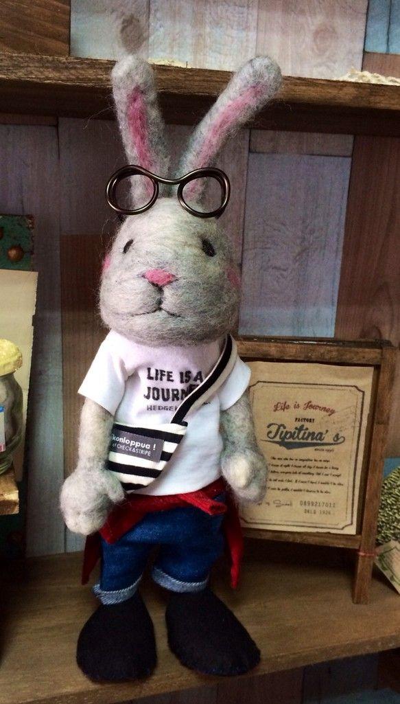 羊毛フェルトで作ったうさぎの自立式人形です。柔らかい雰囲気を出すため、ふんわり仕上げています。羊毛の毛羽立ちがあります。ポーズ少しなら変えれます。メガネ&腰に...|ハンドメイド、手作り、手仕事品の通販・販売・購入ならCreema。