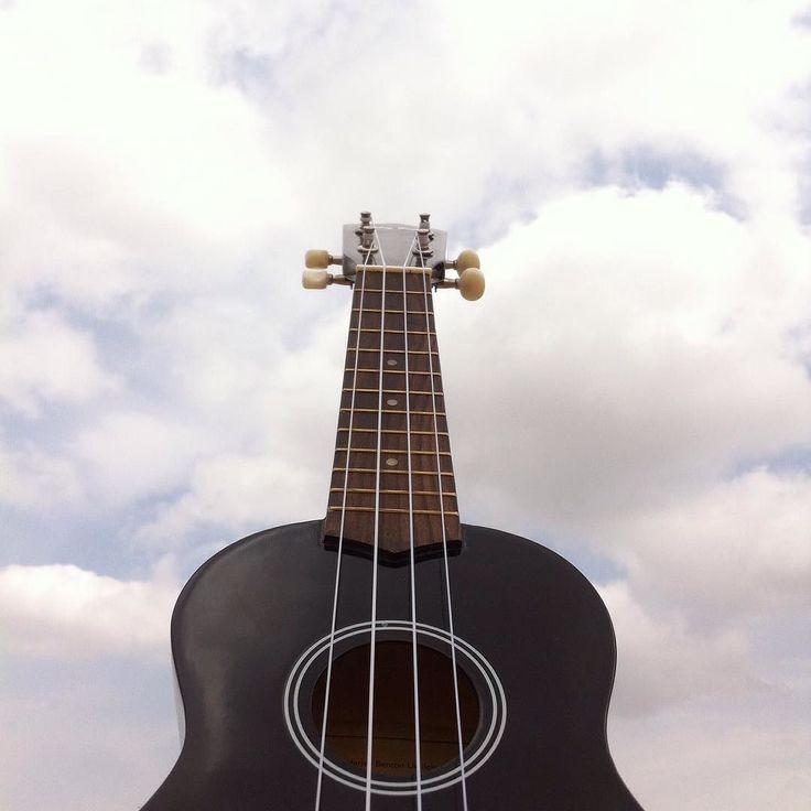 Hoy creo que he empezado el domingo de la mejor manera: naturaleza ukelele y el cielo.    #ukulele #ukelele #harleybenton #sky #blue #black #noedit #noeffect #tiltshift #igvalencia #igersvalencia