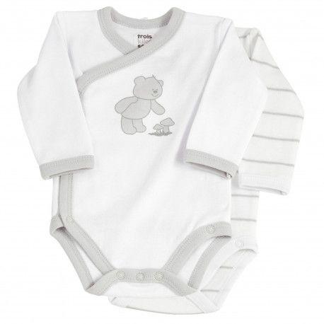 Ce lot de deux bodies bébé blanc et gris à rayures est spécialement conçus pour les nouveau-nés grâce à son ouverture devant croisée.