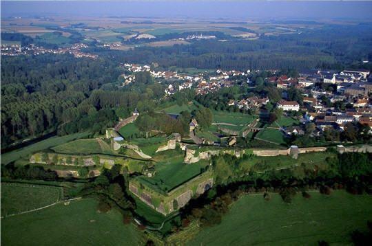 """Dominée par la citadelle et entourée de remparts, Montreuil-sur-Mer est surnommée la """"Carcassonne du Nord"""". Montreuil-sur-Mer, Nord-Palais-de-Calais, Pas-de-Calais. © Franck Lechenet"""