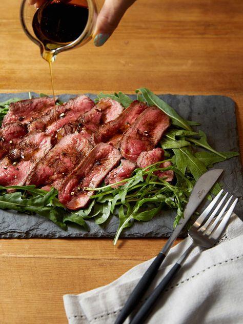 【ELLE a table】牛肉のタリアータ バルサミコと亜麻仁オイルのソース ルッコラのサラダ添えレシピ|エル・オンライン