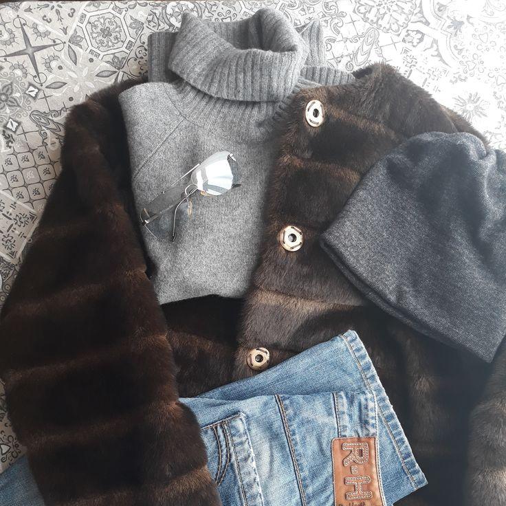 #ootd #winter #cold #frost #mrzneazprasti #sunshine #cashmere #turtleneck #grey #braun #blue #sunglasses #christiandior #naprochazku #nacestu #forawalk #onthejourney #dnesnosim #massimodutti #rehashjeans #fakefur