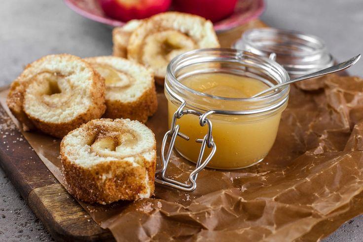 Rulltårta är snabbt och enkelt att baka, dessutom jättegott till fikat! Den här är fylld med äppelmos och rullad i kanel och socker.