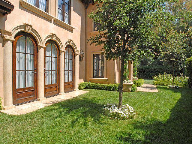 Kim Kardashian habite actuellement dans une splendide villa méditerranéenne àBeverly Hills. Bientôt sur le marché, cette villa dispose de cinq chambres , quatre salles de bain, de splendides jardin avec cuisine d'été et une immense piscine. La starlette l'a acheté en 2010 pour 3,4 millions de dollars et pourrait la vendre pour 5 M $ …