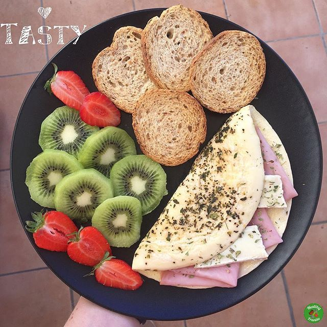 Empezamos la semana con tortilla con pechuga de pavo y queso brie semigraso de @lidlespana.  🍞Pan tostado de soja @pan_de_soja_pan_cota.  🥝Kiwi.  🍓Fresas.  .  👉🏻Podéis encontrar @pan_de_soja_pan_cota en @amazon y @carrefoures 😊.  .  Feliz Luernessss💃🏼💃🏼.  .  #healthyfranita #desayuno #desayunoshealthyfranita #breakfast #healthybreakfast #follow #followme #like4like #instafit #fit #fitness #foodporn #healthy #healthyfood #healthylifestyle #healthyblogger #influencer #abs…