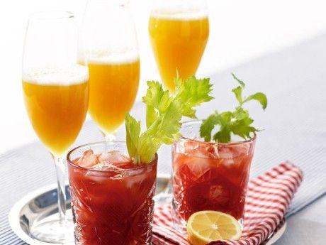 Traditionell Bellini görs med vita persikor, här har vi i stället använt ananasjuice för mer friskhet.