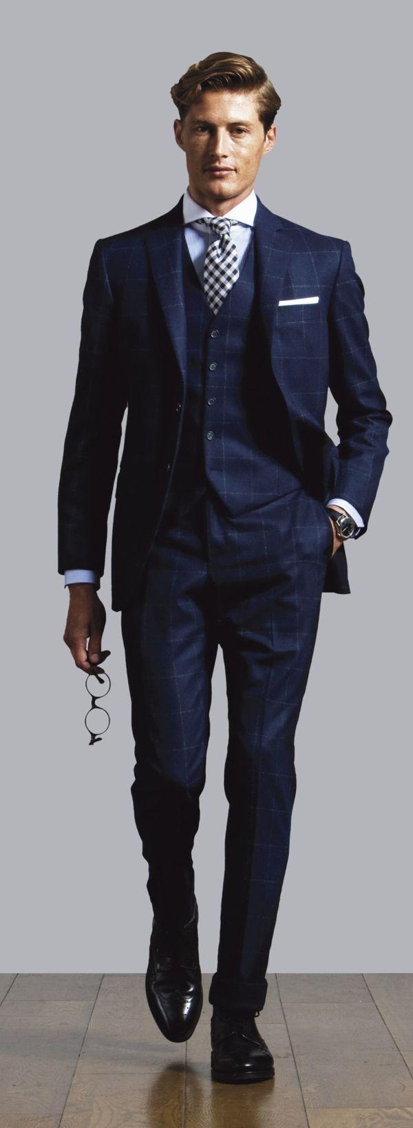 上品なネイビーで落ち着きのある着こなし。40代アラフォー男性のおすすめスーツベスト。