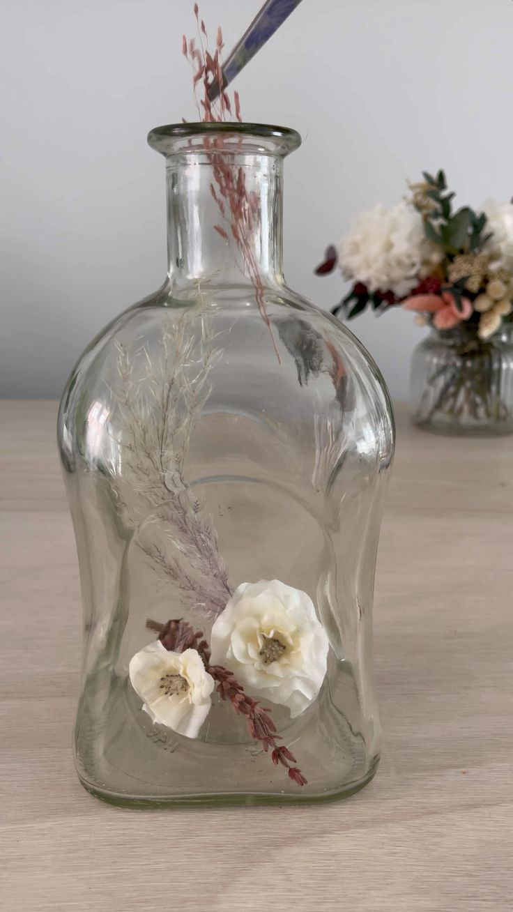 Painting Glass Jars, Painted Glass Bottles, Decorative Bottles, Glass Bottle Crafts, Diy Bottle, Bottle Painting, Bottles And Jars, Decorating With Jars, Diy Home Crafts