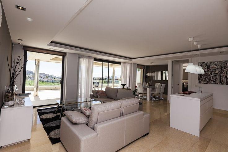 """Испания -  Продается шикарная квартира в комплексе """"Los Arrayanes"""", в самом сердце долины гольфа в Нуэва Андалусия.  Квартира, площадью 116 м2, с двумя спальными и ванными комнатами, просторной гостиной со столовой зоной, полностью оборудованной кухней. Со спален выход на террасы, площадью 117 м2.  Квартира со встроенными шкафами, электрическими жалюзями.   В стоимость входит место в гараже. Цена:  595000 € #инвестициивиспанию, #квартирависпании, #домвиспании, #недвижимостьвиспании…"""