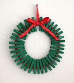 Corona navideña con pinzas recicladas