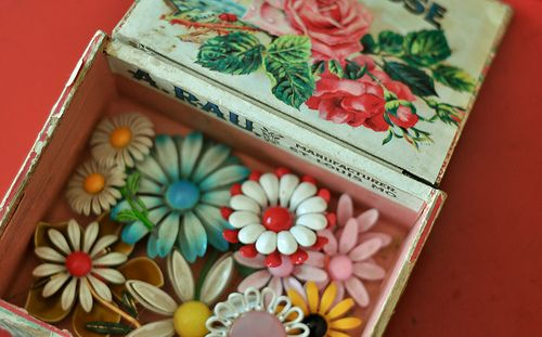 Sunny vintage enamel flower pins...: Vintage Flower, Flower Pin, Granny Chic, Cigars Boxes, Enamels Flower, Vintage Pin, Vintage Floral, Flower Power, Vintage Brooches