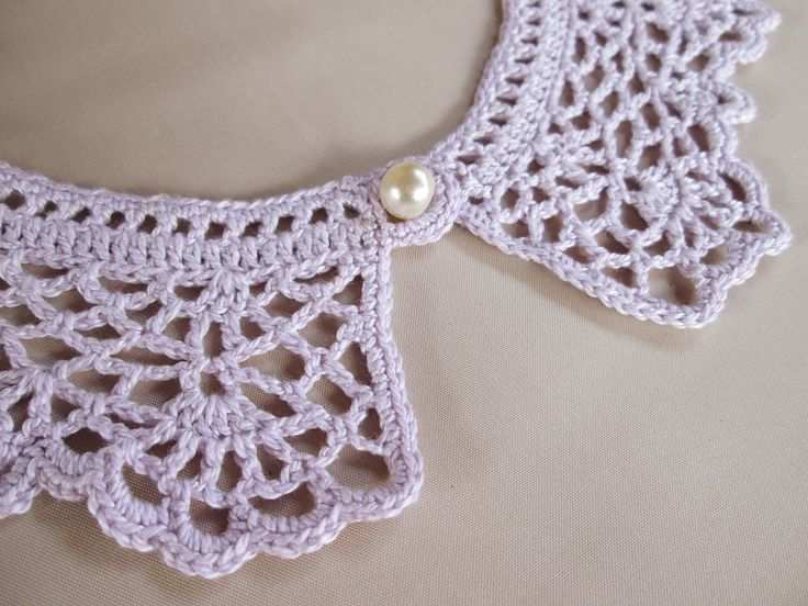 Gola avulsa retrô, feita com linha de algodão e fecho com botão perola. A cor lilás é inspirada em um dos diversos tons dos campos de lavanda. É o estilo provençal influenciando também a moda. Compre já a sua! <br> <br>- Prazo para postagem: 7 dias úteis