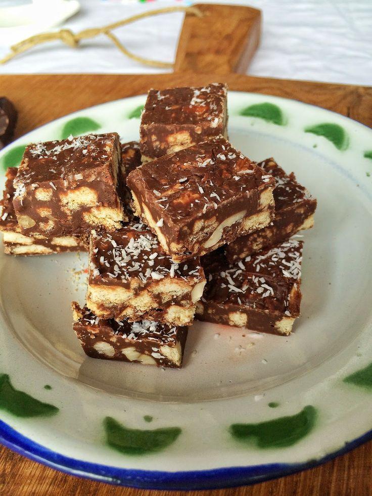 Wat heb je nodig: 1 blik gecondenseerde melk  rol Maria biscuits 2 handen vol noten  en ongeveer 300 gram chocolade